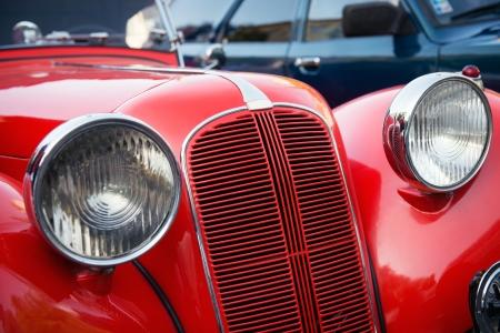 soñar carro: Detalle del frente del coche del veterano rojo Foto de archivo