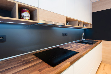 cuisine fond blanc: d�tail de l'int�rieur de la cuisine moderne