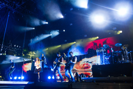 PIESTANY, SLOVAKIA - JUNE 26: Dutch symphonic metal band Within Temptation performs on music festival Topfest in Piestany, Slovakia on July 26, 2015 新聞圖片