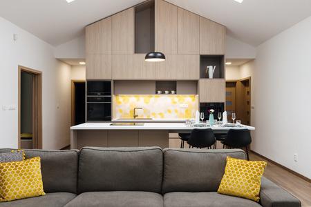 Salon relié avec cuisine en arrière-plan, intérieur de maison contemporaine