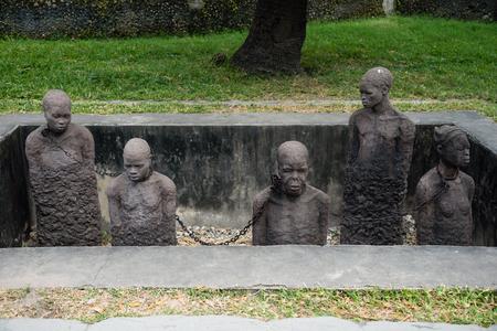 STEINSTADT, ZANZIBAR - 3. JANUAR 2018: Sklaverei-Denkmal mit Skulpturen und Ketten nahe dem ehemaligen Sklavenhandelsplatz in der Steinstadt, UNESCO-Weltkulturerbe, Sansibar