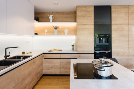 Innenraum der modernen Küche in einem Haus Standard-Bild