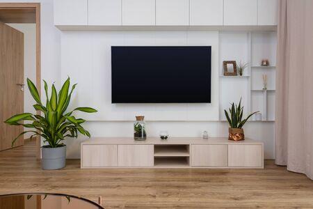 Interieur des zeitgenössischen Wohnzimmers mit TV an der Wand Standard-Bild