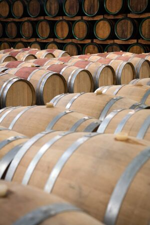 Weinfässer aus Holz zur Lagerung im Weinkeller Standard-Bild