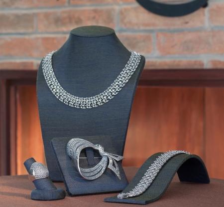 diamond necklace: Set of luxury jewelry : necklace, earring, brooch and bracelet
