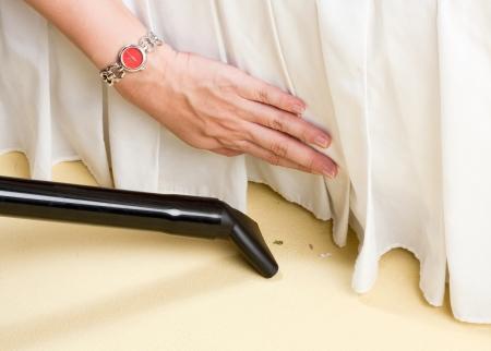 manos sucias: aspiradora puede ayudar a limpiar el piso
