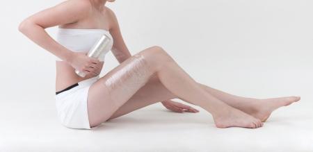 expression corporelle: Une femme enveloppant la jambe avec emballage en plastique Banque d'images