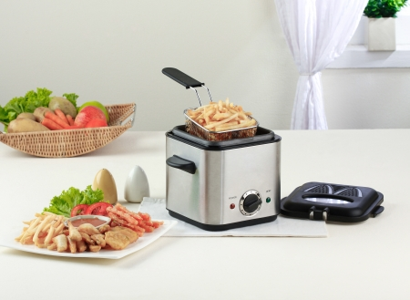 Let's do your french fry by using deep fryer machine comfortable and fast Archivio Fotografico
