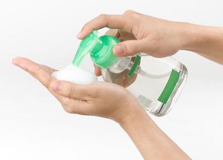lavandose las manos: mujer pulsando el jabón líquido de la mano