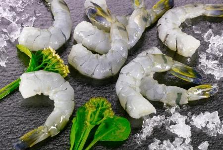 camaron: Grupo de gambas crudas con verduras