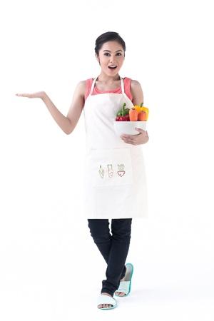 huisvrouw met een kom van plantaardige en andere hand houden van uw product met gevoel prachtig