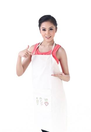 Een huisvrouw die naar haar lege hand die uw product houdt