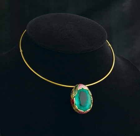 lapidary: The art of engraving jewelry design in the emerald golden necklace