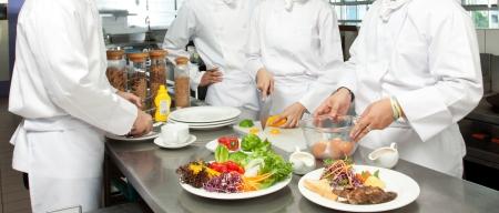 chef cocinando: Un chef principal que da clases de cocina para j�venes cocineros