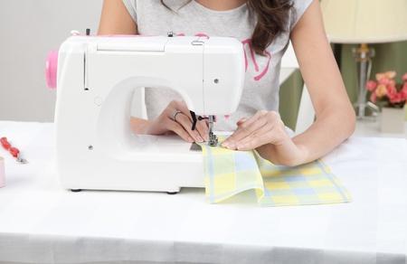 maquinas de coser: ama de casa trabajando con la máquina de coser en casa