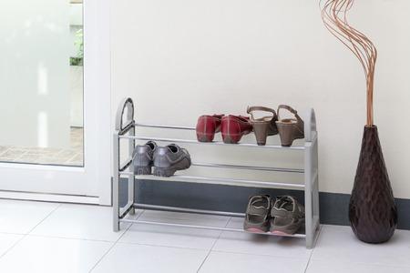 tienda de zapatos: Un pequeño estante de zapatos con zapatos de las mujeres Foto de archivo