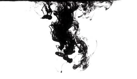 contaminacion del agua: disolución de tinta negro en el agua clara Foto de archivo