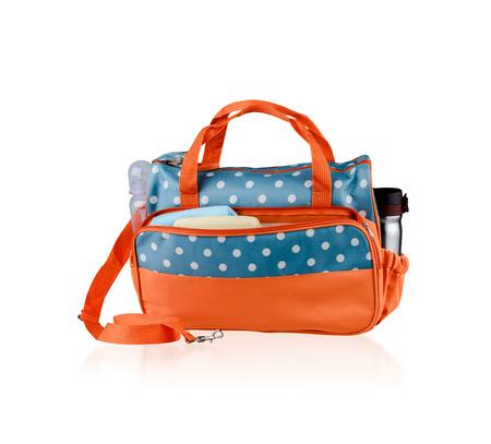 bolso para mamá para mantener los accesorios del bebé aislado en el fondo blanco