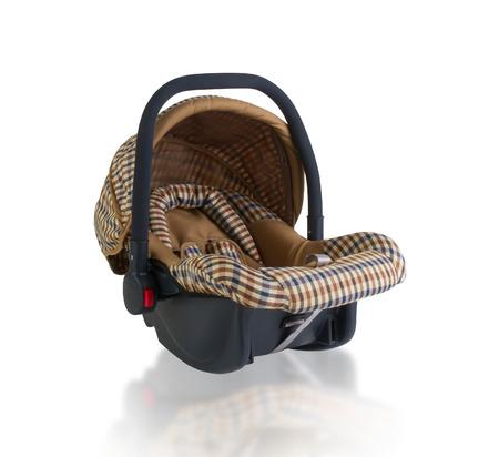Asiento de coche de bebé aislado en el fondo blanco