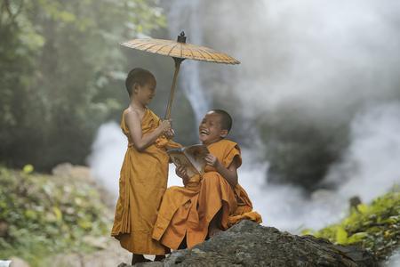 Novice monnik die in het klooster aan de leer van de Boeddha erven.