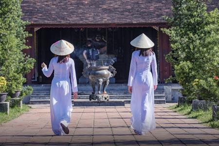 Ao dai는 VIetnam에서 여성을위한 유명한 전통 의상입니다.