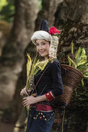 tribu: tribe in beautiful costume dress,beautiful tribe girl. Foto de archivo