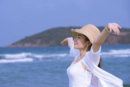 cheerful girl on the beach 版權商用圖片