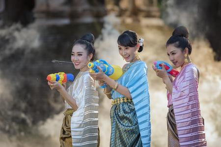 Thailändisch, Laos-Festival Songkran, Wassersegenszeremonie von Erwachsenen. Standard-Bild - 76121207