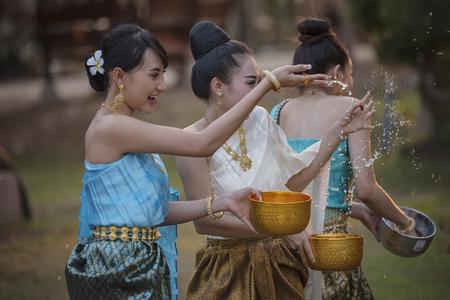 festival Songkran, Thaise meisjes en laos meisjes spatten water tijdens festival Songkran festival, Water zegen ceremonie van volwassenen.