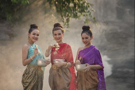 Festival Songkran, Thaise meisjes en laos meisjes spatten water tijdens festival Songkran festival, Water zegen ceremonie van volwassenen. Stockfoto - 77666671