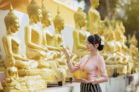 タイ、ラオス フェスティバル ソンクラーン、大人の水のセレモニー。 写真素材