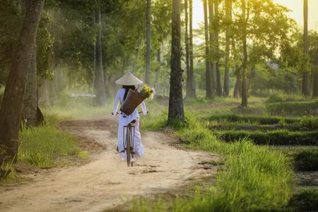 ビンテージ スタイルと美しい女性は、ベトナム文化、ベトナム文化、伝統的なベトナム様式、ホイアン、ベトナムでは、ベトナムでベトナム人の生