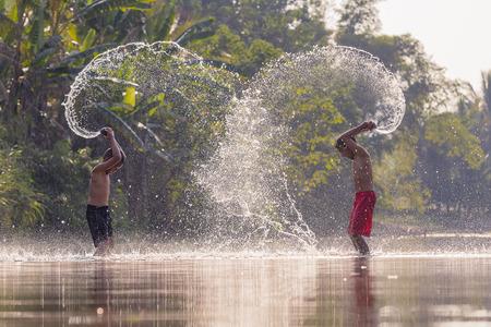 Kinderen spelen in de rivier. Stockfoto