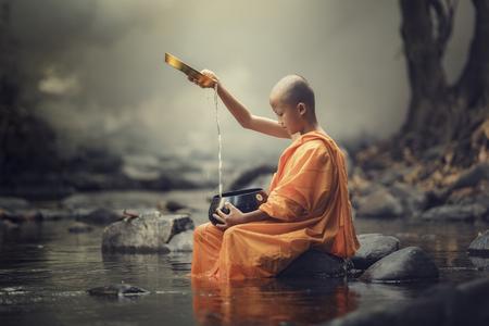monjes novatos tailandia, templo budista, monje novicio fue en peregrinación solo al aire libre.