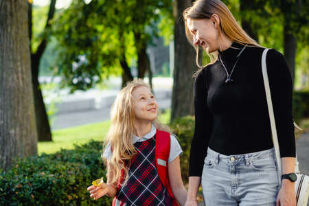 preschool girl walk with her mother Imagens