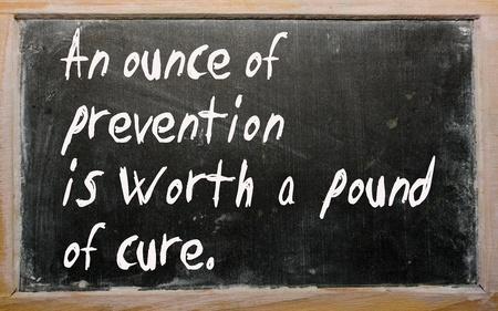 """Los escritos de pizarra """"Una onza de prevención vale una libra de curación"""" Foto de archivo"""