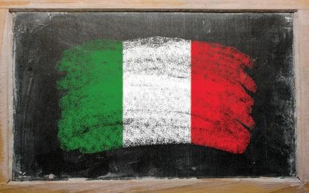 leccion: Calcáreo bandera italiana pintada con tiza de color en la pizarra de edad Foto de archivo
