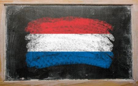 drapeau hollande: Drapeau de holland crayeux peint avec la craie de couleur sur les vieux unicolore Banque d'images