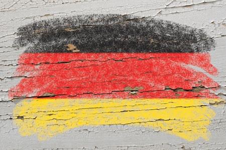 teaching crayons: Gessoso bandiera tedesca dipinta con il gesso a colori su grunge texture di legno Archivio Fotografico