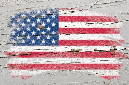 グランジ木製テクスチャの色のチョークで描かれた白亜のアメリカ合衆国のフラグ
