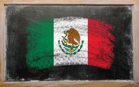 drapeau mexicain: Crayeux drapeau mexicain peints avec de la craie de couleur sur le tableau noir vieux