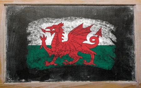welsh flag: Chalky bandiera gallese dipinte con colore gesso sulla lavagna vecchio Archivio Fotografico