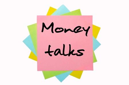 """conversaciones: texto """"El dinero habla"""", escrito por la mano en la fuente montón de notas adhesivas de colores"""