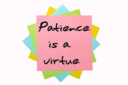 """paciencia: texto """"La paciencia es una virtud"""", escrito por la mano en la fuente mont�n de notas adhesivas de colores Foto de archivo"""