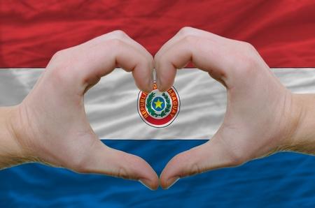 Paraguay flag: Gesto hecha por manos mostrando s�mbolo del coraz�n y el amor a la bandera de paraguay Foto de archivo