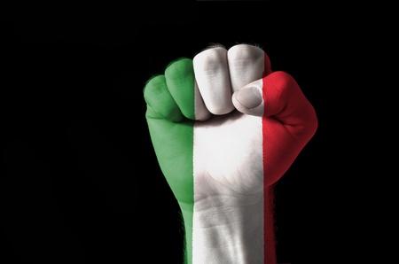 italien flagge: Low Key Bild von einer Faust in den Farben der italienischen Fahne bemalt Lizenzfreie Bilder