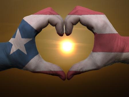 bandera de puerto rico: Gesto de las manos la bandera de colores que muestran puertorico s�mbolo del coraz�n y el amor durante el amanecer Foto de archivo