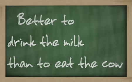 """칠판 저서 """"암소를 먹는 것보다 우유를 마시는 것이 더 낫다"""" 스톡 콘텐츠 - 11490153"""