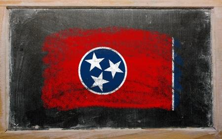 teaching crayons: Chalky americano dello stato del Tennessee bandiera dipinta con il gesso sulla lavagna colore vecchio