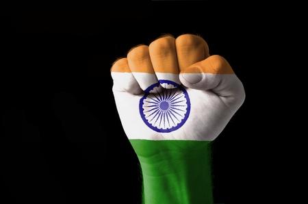 drapeau inde: Faible image de la touche d'un poing peintes dans des couleurs de drapeau inde